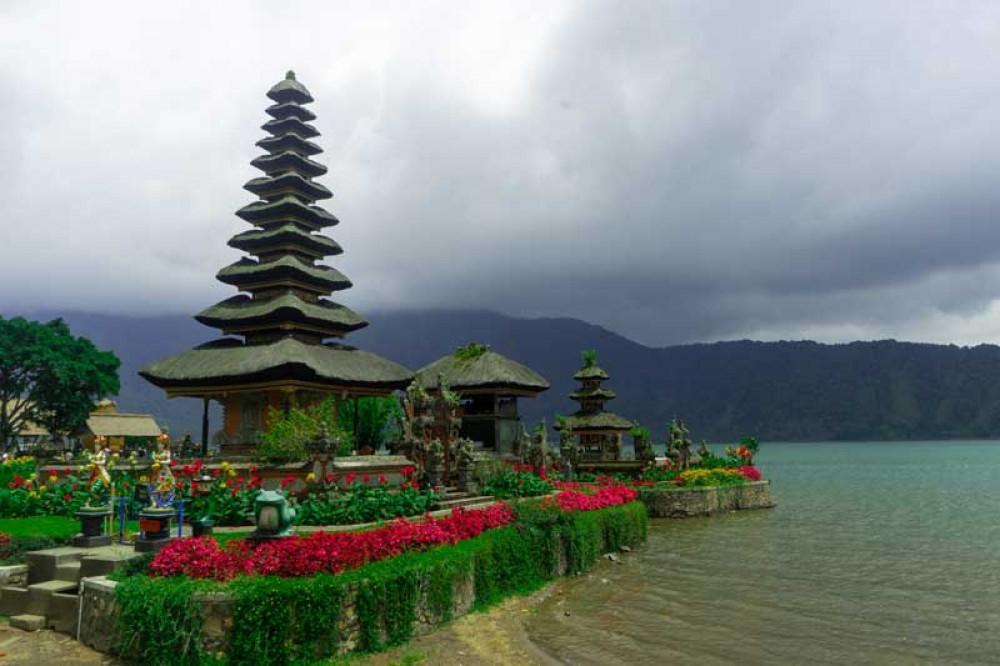 Situation at Ulun Danu Beratan Temple When Fog Appears