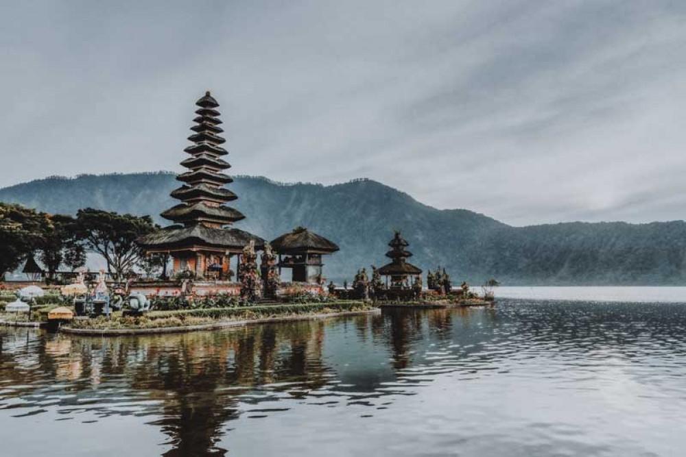 Situation at Ulun Danu Beratann Temple When Fog Appears