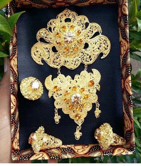 Set Perhiasan Bros Juntai Warna Emas