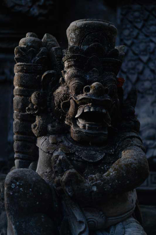 Patung Dwarapala di Bangunan Angkul Angkul