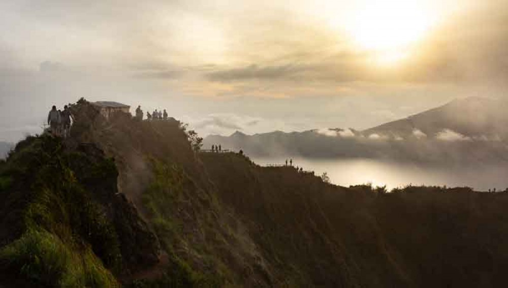 Enjoy Breakfast While Witnessing Sunrise Panorama on Mount Batur