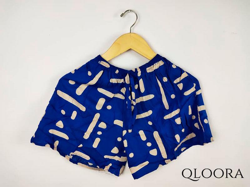 Celana Pendek Selutut Perempuan Motif Klasik