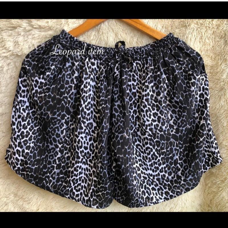 Celana pendek wanita motif leopard