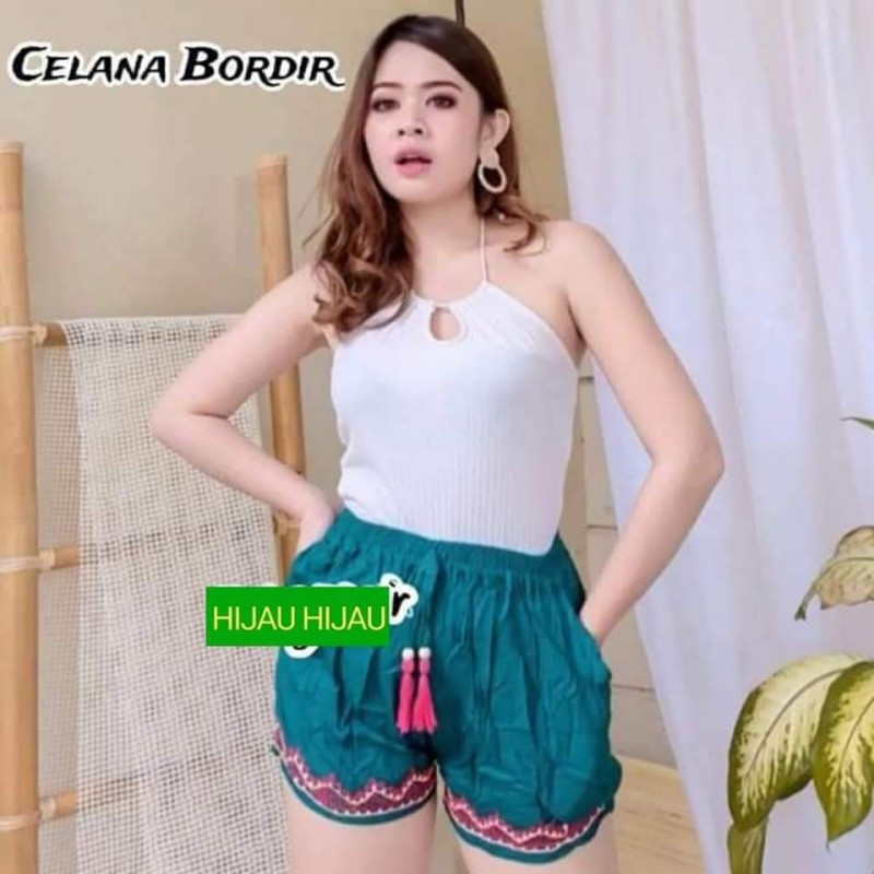 Celana pendek wanita motif renda