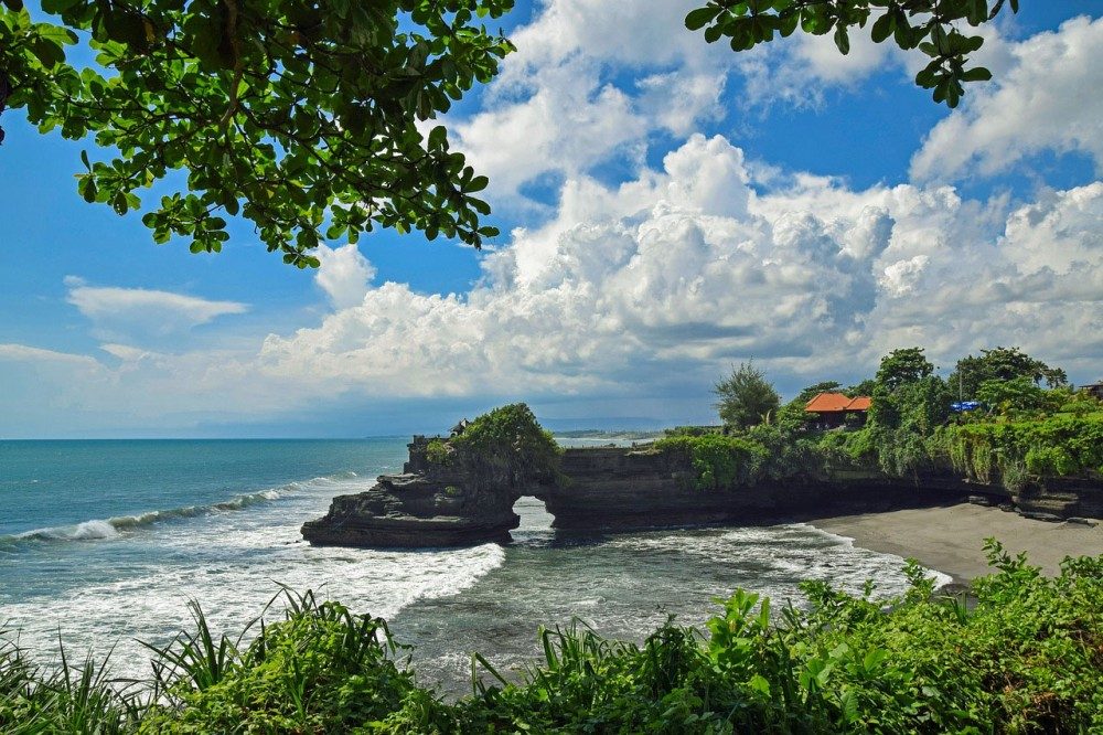 Know The Existence of Holy Cave Snake at Tanah Lot Temple