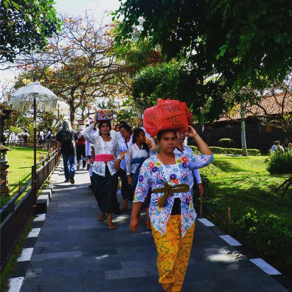 Balinese Women bring traditional offering to Tanah Lot