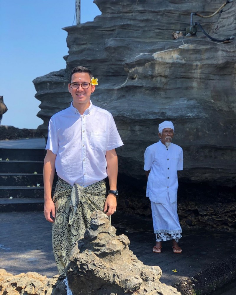 a visitor who wear Balinese Dress Code to Tanah Lot