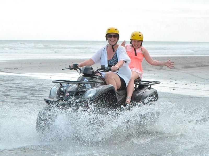 Bermain ATV di Pantai Bali