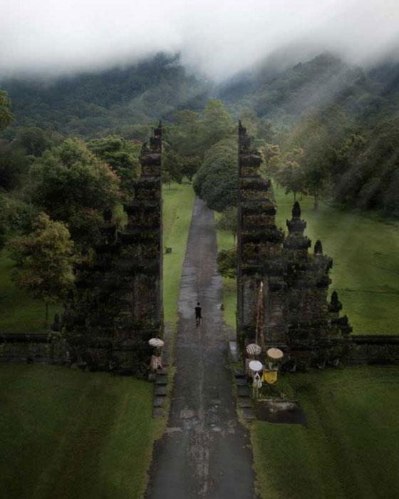 Handara Gate Dengan Pemandangan Alam Hijau