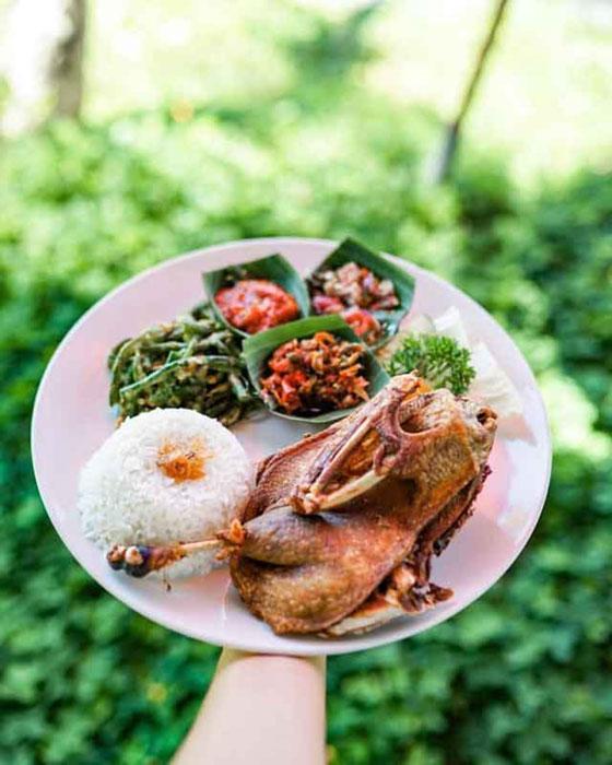 Hidangan Cripsy Duck di Restoran Bebek Tepi Sawah