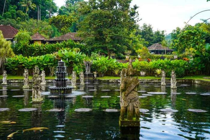 Kolam Ikan di Taman Tirta Gangga