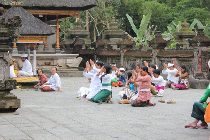 Masyarakat Hindu Yang Sedang Bersembahyang di Pura