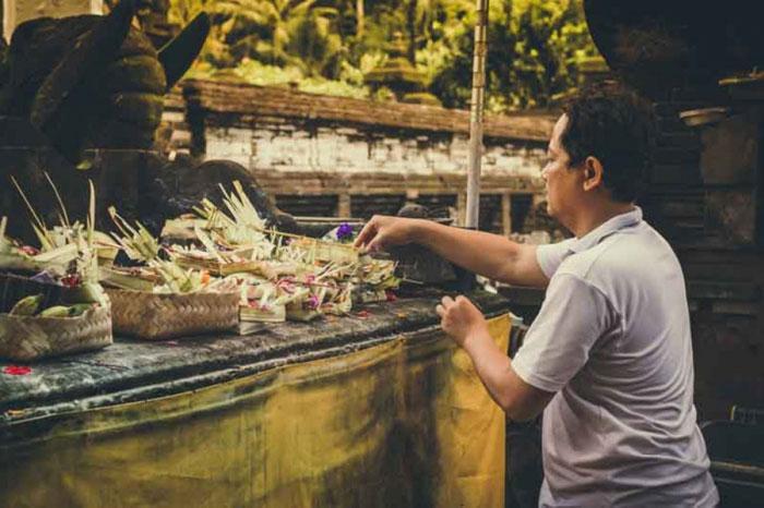 Orang Bali Yang Sedang Melakukan Persembahan