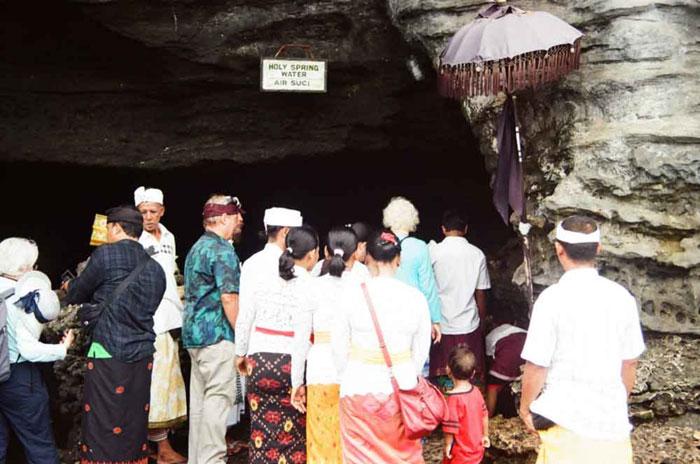 Para Pengunjung Di Depan Goa Ular Suci