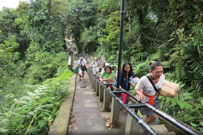 Para Pengunjung Di Pura Lempuyang Bali