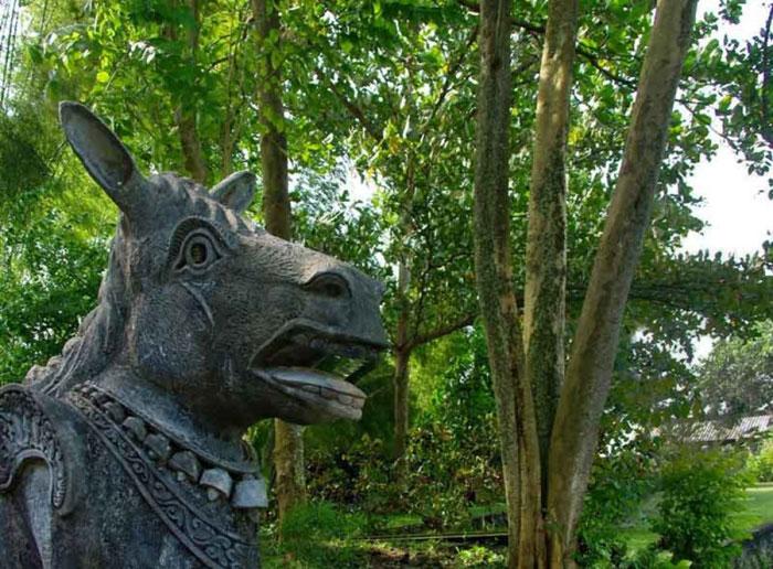 Patung Tradisional di Taman Air Tirta Gangga