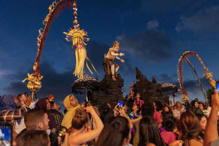 Pertunjukan Tari Kecak di Uluwatu Bali