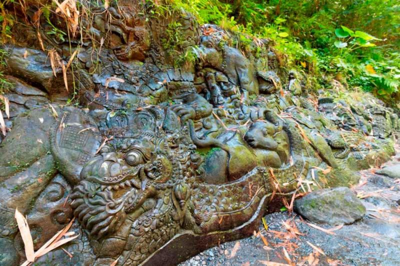 Ukiran Batu Di Tepi Sungai Ayung