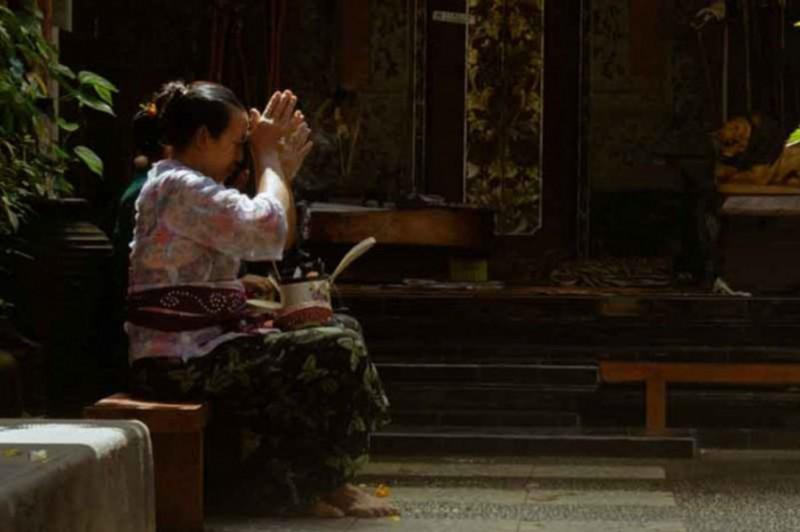 Wanita Bali Yang Sedang Bersembahyang Di Pura