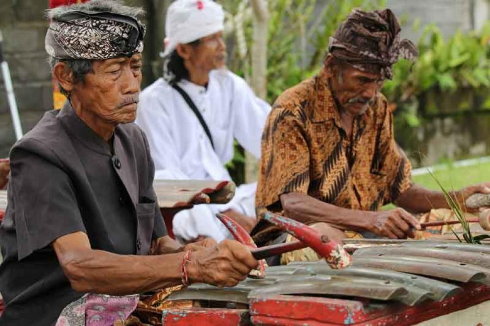 Balinese People Wear Three Colors