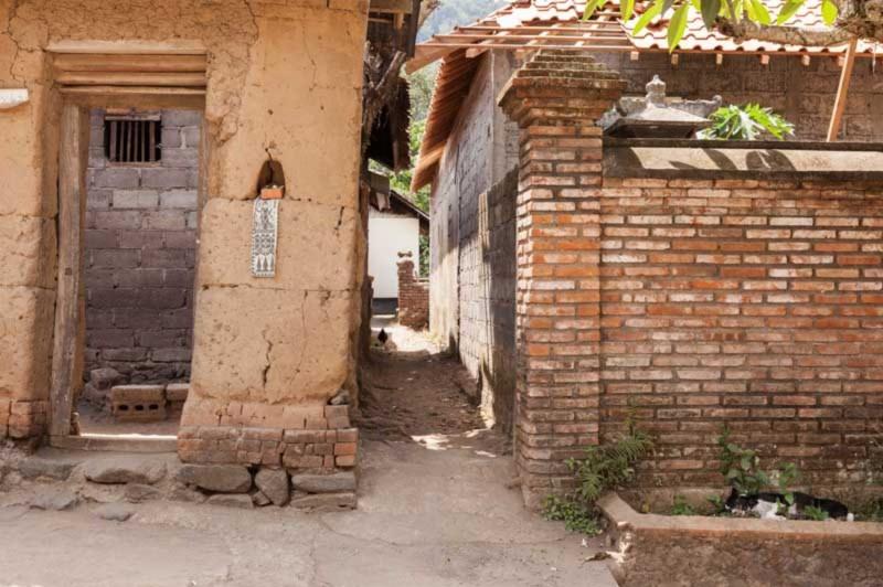 Rumah Bali Dengan Pagar Batu Bata